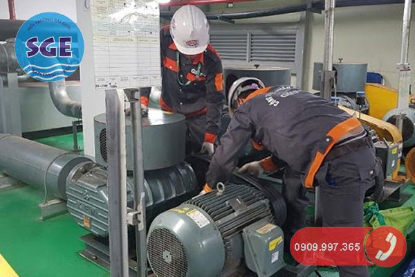 Sửa chửa máy móc để bảo trì hệ thống xử lý nước thải